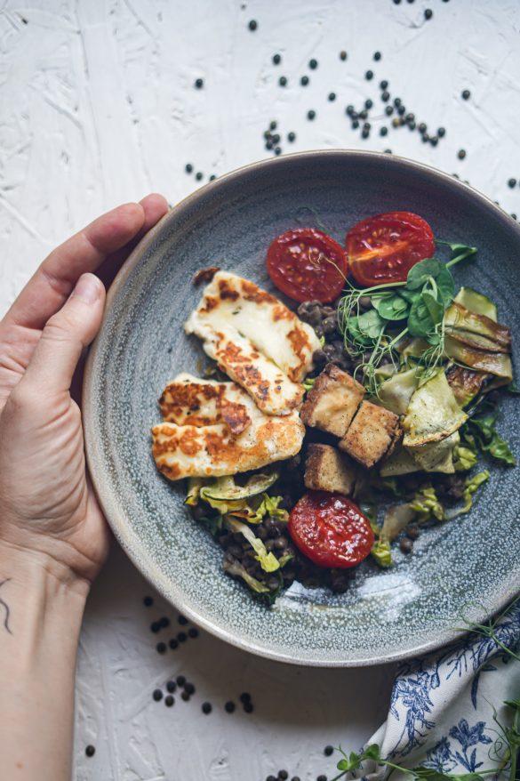 Salát s čočkou, tofu, halloumi a rajčátky